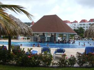 Swim up bar at Gran Bahia